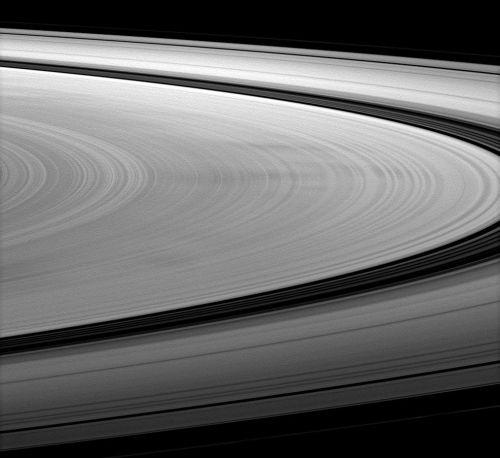 Dunkle, radial verlaufende Speichen auf dem B-Ring (Courtesy of NASA / JPL / Space Science Institute)