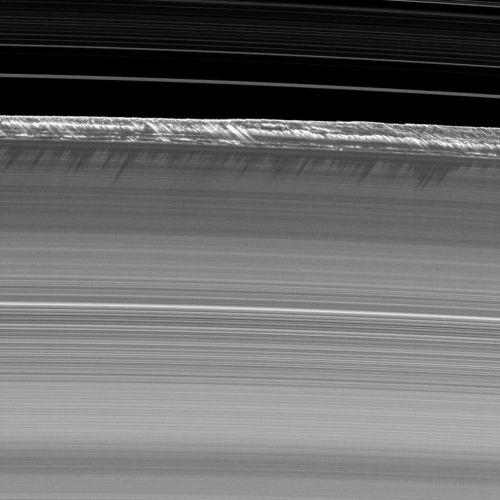 Vertikale Strukturen am äußeren B-Ring (Courtesy of NASA / JPL / Space Science Institute)