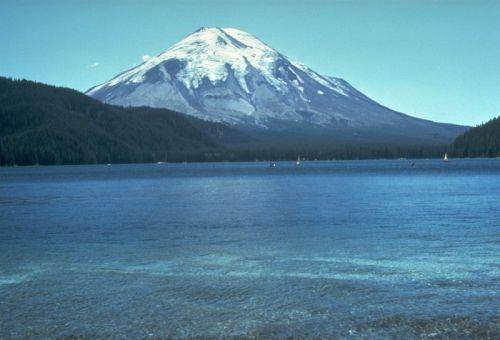 Der Mount St. Helens vor dem Ausbruch (USGS)