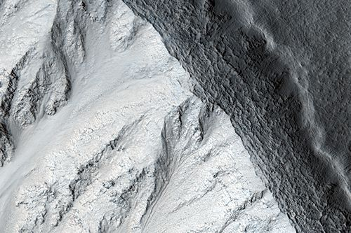 Nahaufnahme vom Kraterrand (Courtesy of NASA / JPL / Univ. of Arizona)