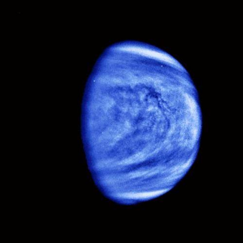 """Links: Trotz der vertrauten blau-weißen Farben zeigt dieses Bild nicht die Erde. Die Raumsonde """"Galileo"""" machte diese Aufnahme von der Venus am 14. Februar 1990, als die das Gravitationsfeld des Planeten nutzte, um Geschwindigkeit für den weiteren Flug zu ihrem eigentlichen Ziel, dem Gasriesen Jupiter, aufzunehmen. (Courtesy of NASA / JPL)"""