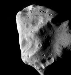 Die ESA-Raumsonde Rosetta machte diese Aufnahme des Asteroiden Lutetia im Juli 2010 während ihrer engsten Annäherung. (ESA 2010 MPS for OSIRIS Team MPS / UPD / LAM / IAA / RSSD / INTA / UPM / DASP / IDA)