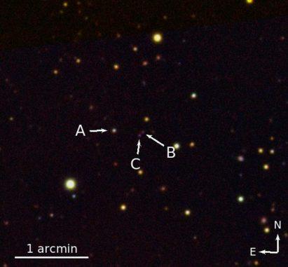 Infrarotaufnahme des Dreifach-Quasarsystems QQQ J1519+0627. Die drei Quasare sind mit A, B und C gekennzeichnet. (Emanuele Paolo Farina)