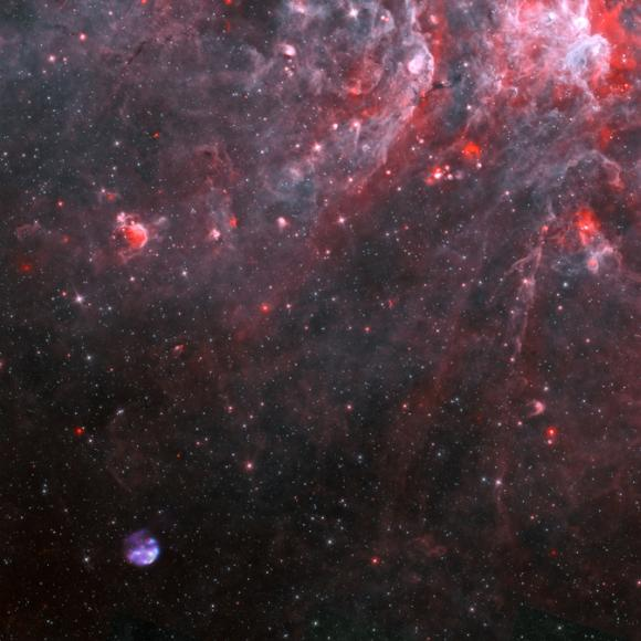 Der Supernova-Überrest G306.2-0.9 und seine Umgebung im Sternbild Zentaur. Die Chandra-Daten sind blau, Spitzers Infrarotdaten sind rot und cyan und Radiodaten des Australia Telescope Compact Array sind violett dargestellt. (X-ray: NASA / CXC / Univ. of Michigan / M. Reynolds et al; Infrared: NASA / JPL-Caltech; Radio: CSIRO / ATNF / ATCA)