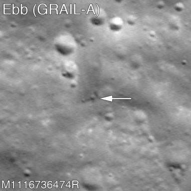 Einschlagkrater der Raumsonde GRAIL A (siehe Pfeil). (NASA / GSFC / Arizona State University)
