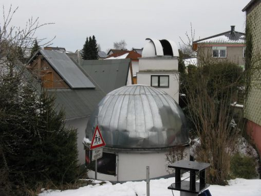 Die Sternwarte Sessenbach. Im Vordergrund das kuppelförmige Planetarium, links dahinter die Plattform mit dem verschiebbaren Dach und hinten rechts der Kuppelturm mit dem stärksten Teleskop. (astropage.eu)