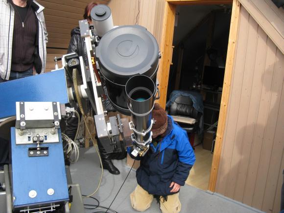 Ein junger Sterngucker schaut durch eines der Teleskope, das zu dem Zeitpunkt auf die Sonne ausgerichtet war. (astropage.eu)