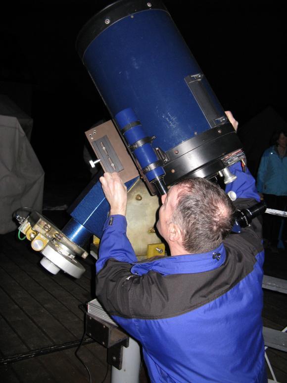 Herr Völkel in seinem Element. Hier richtet er eines seiner Instrumente auf den Jupiter aus. (astropage.eu)