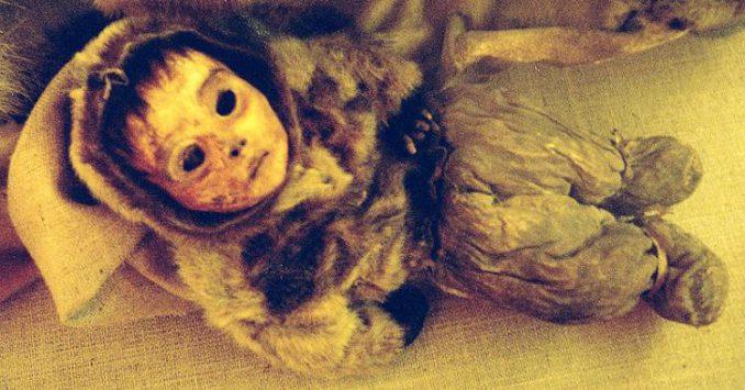 Die neu entdeckte Mumie eines Kleinkindes aus den Ötztaler Alpen. (ÖZAS) - Dieser Credit gehört zu der vorliegenden Aprilscherz-Geschichte. Der richtige Credit für das Bild befindet sich unter dem Artikel (siehe Link): (Wikipedia / User: Choffa / gemeinfrei).