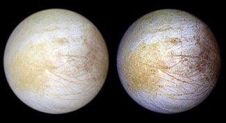Der Jupitermond Europa in natürlichen Farben (links) und einer bearbeiteten Version (rechts), die verschiedene Strukturen auf seiner Oberfläche besser hervorhebt. Die hellweißen und leicht bläulichen Gebiete bestehen hauptsächlich aus Wassereis. In den gelblichen und bräunlichen Regionen gibt es höhere Anteile hydratisierter Salze und bislang noch unbekannter Komponenten. (NASA / JPL / University of Arizona)