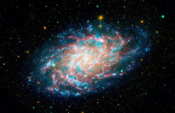 Der Dreiecksnebel M33. Die Aufnahme wurde aus Daten des Galaxy Evolution Explorer (GALEX) und des Weltraumteleskops Spitzer erstellt. (NASA / JPL-Caltech)