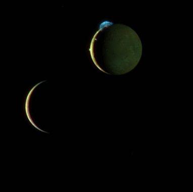 Die Jupitermonde Europa (links) und Io (rechts). Auf Io sind mehrere Orte vulkanischer Aktivität zu erkennen. Die auffällige Wolke in der 11-Uhr-Position stammt von dem Vulkan Tvashtar und ist 300 Kilometer hoch. (NASA / Johns Hopkins University Applied Physics Laboratory / Southwest Research Institute)