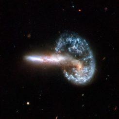 Das verschmelzende Galaxienpaar Arp 148, aufgenommen vom Weltraumteleskop Hubble. (NASA, ESA, the Hubble Heritage Team (STScI / AURA) - ESA / Hubble Collaboration and A. Evans (University of Virginia, Charlottesville / NRAO / Stony Brook University), K. Noll (STScI), and J. Westphal (Caltech))