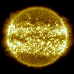 Dieses Kompositbild der Sonne besteht aus 25 Einzelaufnahmen und umfasst den Zeitraum vom 16. April 2012 bis zum 15. April 2013. Es zeigt die Gebiete besonders häufiger Sonnenaktivität in dem Zeitraum. (NASA / SDO / AIA / S. Wiessinger)