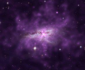 Das verschmelzende Galaxienpaar NGC 6240, basierend auf Daten der Weltraumteleskope Chandra und Hubble. Der Halo (violette Struktur) hat einen Durchmesser von über 300.000 Lichtjahren. (X-ray (NASA / CXC / SAO / E.Nardini et al); Optical (NASA / STScI))