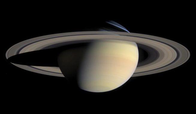 Der Gasriese Saturn mit seinem majestätischen Ringsystem, aufgenommen von der NASA-Raumsonde Cassini im Oktober 2004. (NASA / JPL / Space Science Institute)
