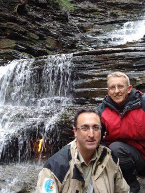 Giuseppe Etiope (links) vom National Institute of Geophysics and Volcanology in Italien und Arndt Schimmelmann von der IU Bloomington vor der ewigen Flamme im Chestnut Ridge Park im Westen des US-Bundesstaates New York. (Courtesy of Indiana University)