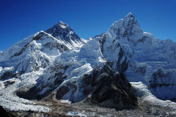 Eine neue Studie findet einen Rückgang von Schnee und Eis im Gebiet um den Mount Everest (zweiter Gipfel von links) und den umgebenden Nationalpark. (Pavel Novak)