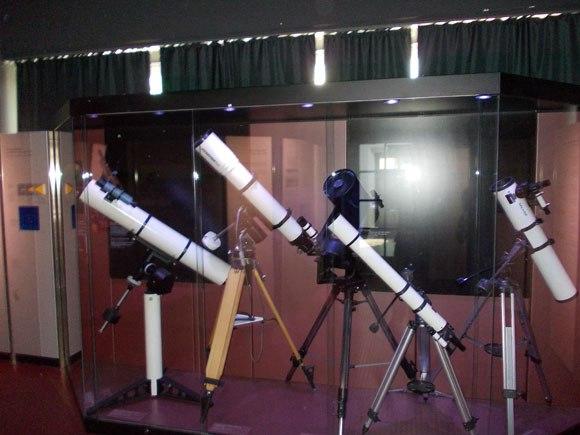 Neben historischen Teleskopen und Fernrohren werden im Deutschen Museum auch moderne Instrumente gezeigt. (astropage.eu)