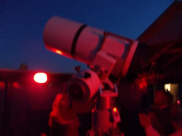 Beobachtungen mit einem der Teleskope. (astropage.eu - aus Rücksicht auf die Augen der Beobachter ohne Blitz fotografiert)