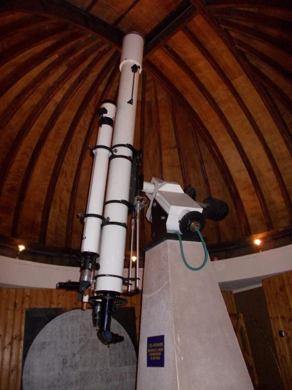Der 18cm-Refraktor der Sternwarte, der zum Zeitpunkt des Besuchs allerdings nicht in Gebrauch war. (astropage.eu)