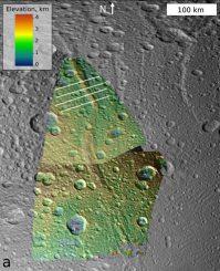 Diese Falschfarbenaufnahme zeigt den Bergrücken Janiculum Dorsa auf dem Saturnmond Dione. Die Faltung der Mondkruste unter dem Bergrücken spricht dafür, dass sich unter der Oberfläche ein Ozean befand, als der Bergrücken gebildet wurde. (NASA / JPL-Caltech / SSI / Brown)