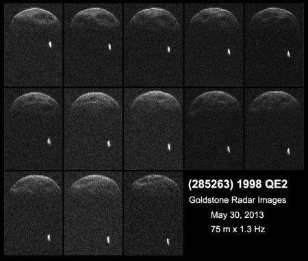 Erste Radaraufnahmen des Asteroiden 1998 QE2, aufgenommen aus sechs Millionen Kilometern Entfernung. Der kleine weiße Fleck unten rechts ist der Mond, der den Asteroiden umkreist. (NASA / JPL-Caltech / GSSR)