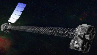 Künstlerische Darstellung des NuSTAR-Satelliten im Orbit. NuSTAR besitzt einen ausfahrbaren, zehn Meter langen Mast, um die Optikmodule (rechts) von den Detektoren (links) zu trennen. (NASA / JPL-Caltech)