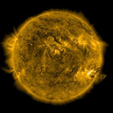 Diese Aufnahme des Solar Dynamics Observatory (SDO) zeigt den Beginn der Eruption vom 7. Juni 2011. Unten rechts sind dunkle Plasmafilamente zu sehen, die von der Sonne fortgeschleudert werden. (NASA / SDO / P. Testa (CfA))