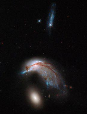 Das interagierende Galaxienpaar Arp 142, aufgenommen vom Weltraumteleskop Hubble. (NASA, ESA and the Hubble Heritage Team (STScI / AURA))