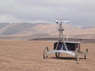 Der Rover Zoe in der Atacama-Wüste. Vier Wochen lang sollen seine Instrumente, darunter das Mars Microbeam Raman Spectrometer (MMRS), einem Intensivtest unterzogen werden. (Washington University St. Louis)
