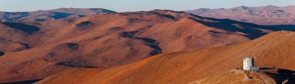 Ein Teil der Atacama-Wüste. Rechts im Vordergrund ist das VISTA-Teleskop der ESO zu sehen. (ESO / B. Tafreshi (twanight.org))