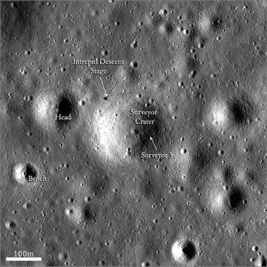 Der Lunar Reconnaissance Orbiter (LRO) hat diese Aufnahme eines Gebiets im Oceanus Procellarum gemacht. Die Landestellen von Surveyor 3 und das Landemodul Intrepid der Apollo-12-Mission sind markiert. (NASA / Goddard / Arizona State University)