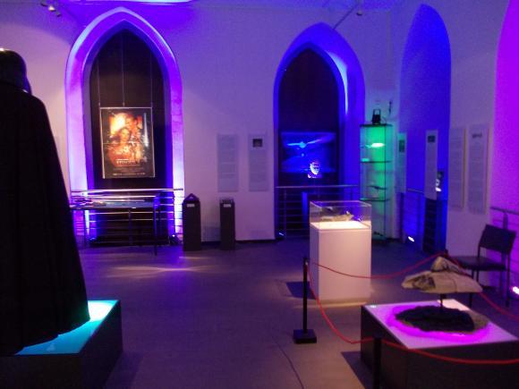 Blick in einen Ausstellungsraum. Vorne rechts steht das Modell eines außerirdischen Kampfschiffs aus dem Film Independence Day. (astropage.eu)
