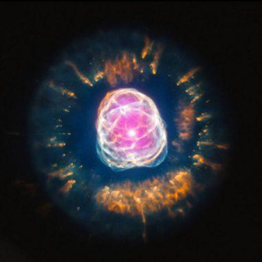 """Der planetarische Nebel NGC 2392, Spitzname """"Eskimonebel"""", basierend auf Daten der Weltraumteleskope Chandra und Hubble. (X-ray: NASA / CXC / IAA-CSIC / N.Ruiz et al, Optical: NASA / STScI)"""