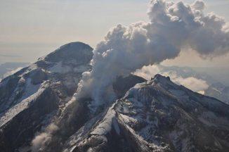 Der Vulkan Redoubt in Alaska und sein aktiver Lavadom am 8. Mai 2009. Der Vulkan liegt in der Aleutenkette, etwa 180 Kilometer südsüdwestlich von Anchorage. (Chris Waythomas, Alaska Volcano Observatory)