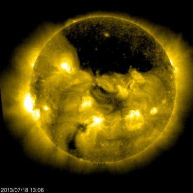 SOHO-Aufnahme eines riesigen koronalen Lochs über dem Nordpol der Sonne. (ESA & NASA / SOHO)