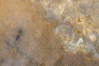 Diese Aufnahme zeigt die Landestelle des Marsrovers Curiosity (links) und seine Fahrspuren zum Glenelg-Gebiet. Der Rover selbst ist rechts unterhalb der Bildmitte als heller, bläulicher Punkt zu erkennen. (NASA / JPL-Caltech / Univ. of Arizona)