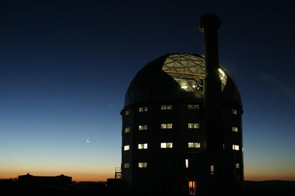 Das Southern African Large Telescope (SALT) ist das größte optische Einzelteleskop auf der Südhalbkugel und zählt zu den größten Teleskopen weltweit. (Photo by Janus Brink, Southern African Large Telescope)