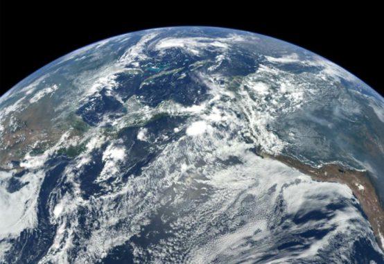 Die Erde aus dem Weltraum betrachtet. Studenten der University of Leicester haben sich mit der Teleportation eines Menschen von der Erdoberfläche in den Weltraum beschäftigt. (NASA, Johns Hopkins University Applied Physics Laboratory, and Carnegie Institution of Washington)