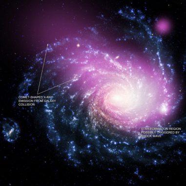 Dieses Bild zeigt Chandra-Daten in Violett und optische Daten des Very Large Telescope in bläulichen und weißlichen Farbtönen. Die kometenförmige Gestalt der Röntgenemissionen ist erkennbar. (X-ray: NASA / CXC / Huntingdon Inst. for X-ray Astronomy / G. Garmire, Optical: ESO / VLT)