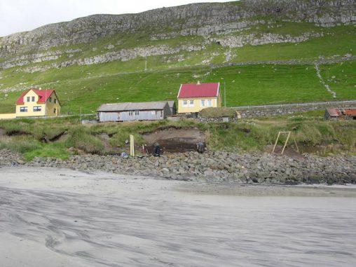 Dieses Bild zeigt eine Ausgrabung als Reaktion auf Erosion an der Küstenlinie. (Dr. Mike J. Church, Durham University)