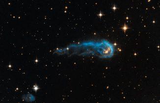 Der Protostern IRAS 20324+4057, basierend auf Daten des Hubble-Teleskops und Daten des IPHAS H-alpha Surveys. (NASA, ESA, the Hubble Heritage Team (STScI / AURA), and IPHAS)