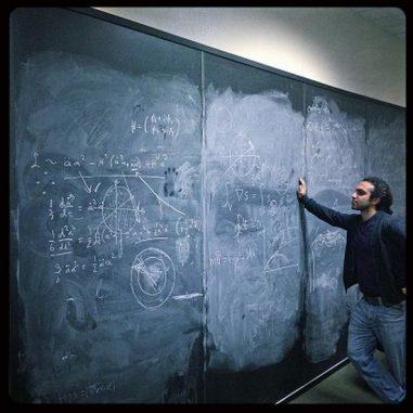 Matin Mojaza vom Centre for Cosmology and Particle Physics Phenomenology (CP3-Origins) betrachtet einige Gleichungen. (Matin Mojaza / SDU)