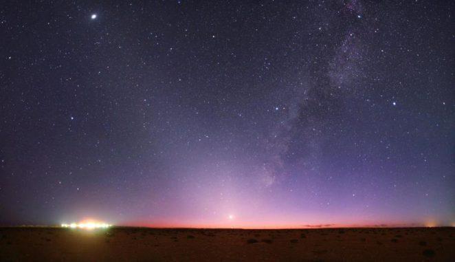 Das Zodiakallicht entsteht durch Sonnenlicht, das an interplanetaren Staubteilchen im Sonnensystem gestreut wird. Auf diesem Bild erstreckt es sich diagonal nach links oben. (Tunc Tezel, TWAN; APOD)
