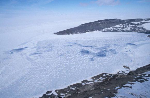 Luftaufnahme des subglazialen Sees Lake Hodgson auf der Antarktischen Halbinsel. (Image courtesy of British Antarctic Survey)