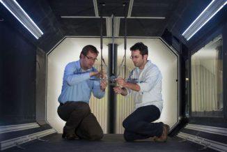 Dr. Roeland de Kat (links) und Dr. Gareth Dyke mit dem Modell des Microraptors im Windkanal. (University of Southampton)