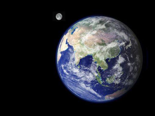 Erde und Mond aus dem Weltraum betrachtet. (NASA)