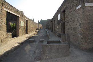 Ein Teil der antiken Stadt Pompeji, die im Jahr 79 nach Christus durch den Ausbruch des Vesuv zerstört wurde. (Image courtesy of Lauren Hackworth Petersen)