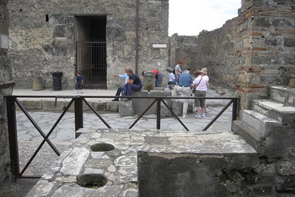 Römische Sklaven im antiken Pompeji holten Wasser aus öffentlichen Brunnen wie dem Merkurbrunnen. Im Jahr 79 nach Christus begrub der nahe Vulkan Vesuv die Stadt unter einer Ascheschicht. Die Ausgrabungen begannen im Jahr 1748. Heute ist die Stadt ein Weltkulturerbe. (Image courtesy of Lauren Hackworth Petersen)